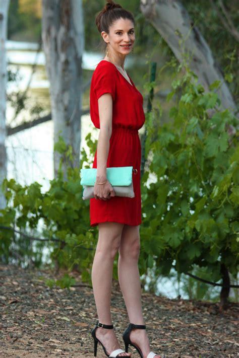 ein rotes kleid kombinieren mit stil diekleiderde