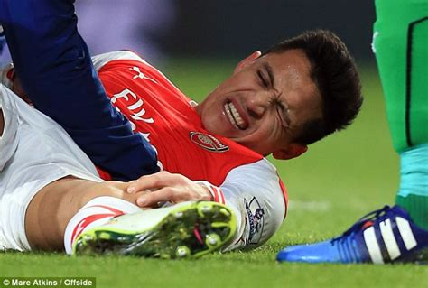 alexis sanchez injury alexis sanchez and aaron ramsey both suffer injuries