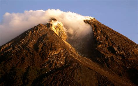 pictures indonesias mount merapi volcano erupts