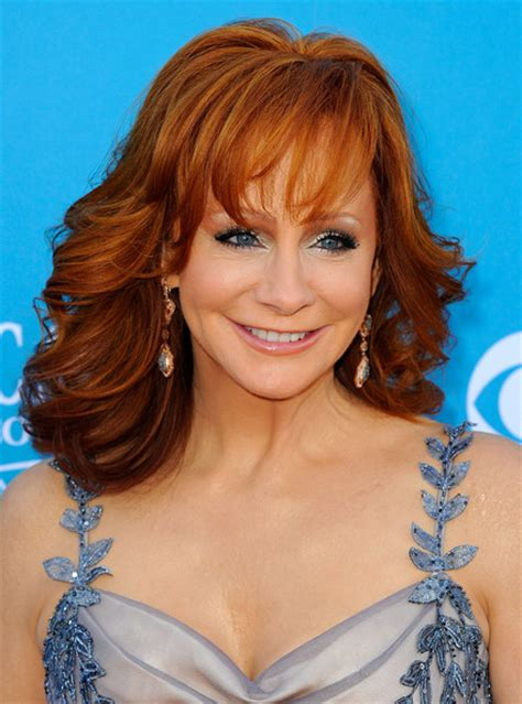 rebas hairstyle how to reba mcentire medium curls with bangs shoulder length