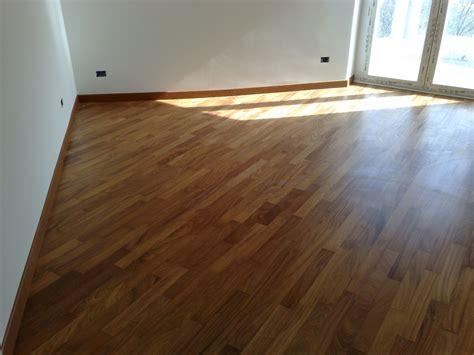 da letto con parquet da letto con pavimento realizzato in parquet