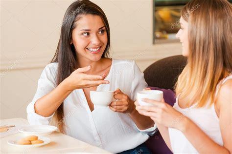 imagenes romanticas tomando cafe mujeres tomando caf 233 en la cafeter 237 a foto de stock