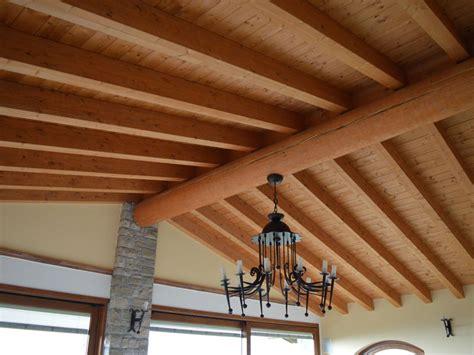 soffitto con travi in legno verniciatura travi in legno a brescia