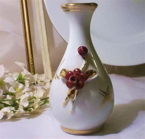 floreros antiguos de porcelana antiguo florero de porcelana con flores sobre relive