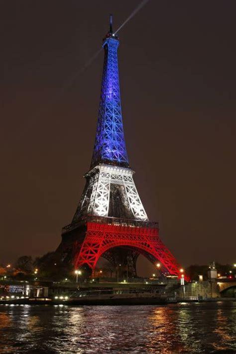 torre eiffel illuminata natale torre eifell si riaccende con i colori della bandiera