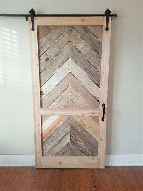 pallets  transformed   perfect closet door