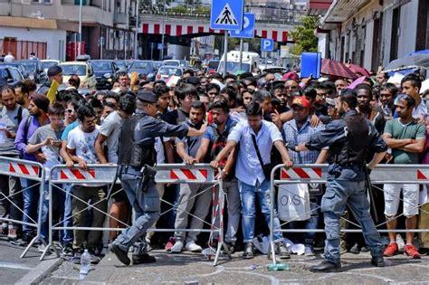 questura di napoli ufficio immigrazione via galileo ferraris 131 ressa per chiedere l asilo politico contusi alcuni agenti