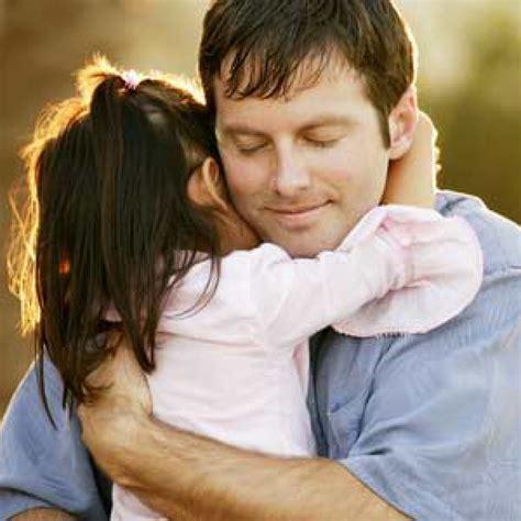 pelukan ayah membuat anak cerdas mandiri  merawat