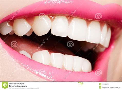 Hera Sourire De Bonheur Lipstick macro sourire femelle heureux avec les dents blanches