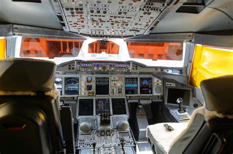 cabina di pilotaggio airbus a380 interno della cabina di pilotaggio degli emirati a380 800