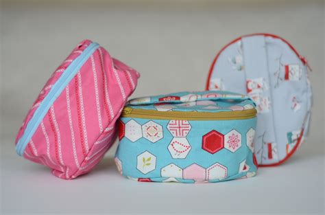 free pattern zippered cosmetic bag sew a fat quarter friendly oval zippered case