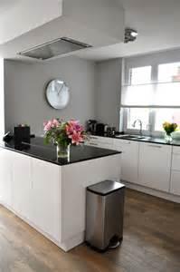 witte keuken met keukeneiland na stijlidee interieuradvies