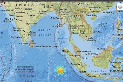 earthquake warning indonesia 7 9 magnitude earthquake strikes indonesia tsunami