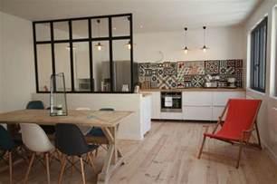 Charmant Logiciel Pour Cuisine Amenagee #6: cuisine-ouverte-sur-salle-a-manger-avec-petite-verriere-interrieure.jpg