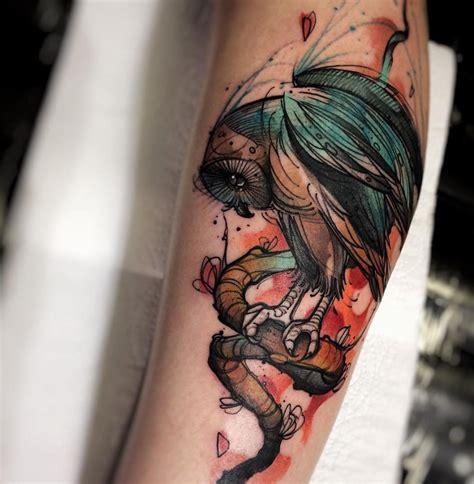 esplosioni di colore e linee energetiche nei tatuaggi di