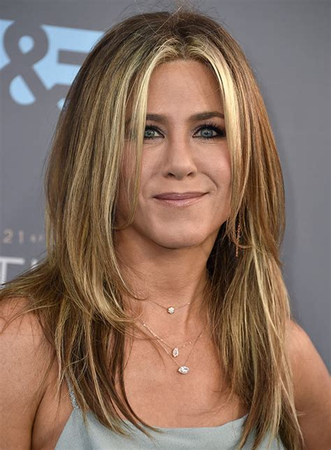 show each sprt cut to get a layer bob hairdo photos jennifer aniston s critics choice hair makeup