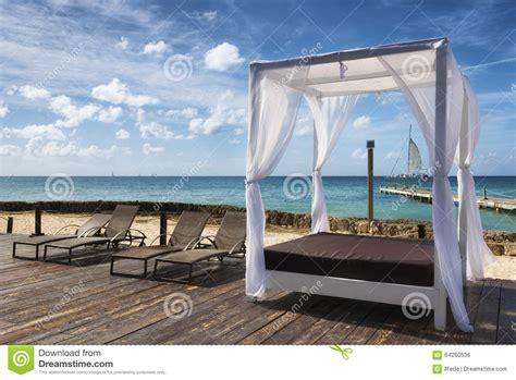gazebo da spiaggia gazebo bianco sulla spiaggia in mare caraibico fotografia