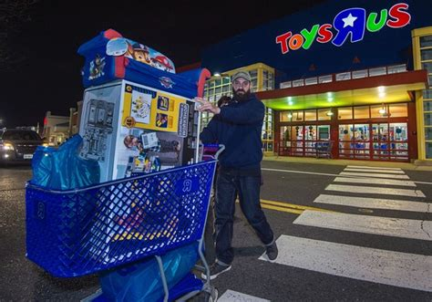 toys r us si鑒e social amazon isn t the only reason toys r us filed for
