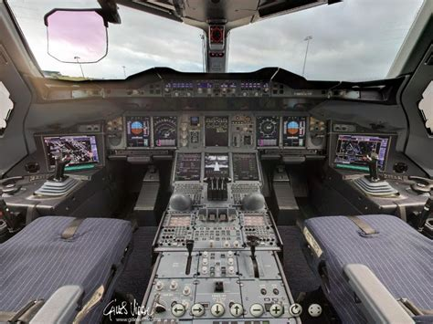 cabina di pilotaggio di un aereo cabina di pilotaggio airbus a380 su we world web