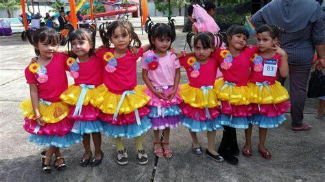gambar tari kipas serumpun wujud kebersamaan kegembiraan penari mengenakan baju kurung di