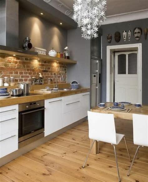 Beau Photos De Cuisine Americaine Avec Bar #7: jolie-cuisine-americaine-amenagement-petite-cuisine-sol-en-parquet-clair-murs-gris-chaises-blanches.jpg
