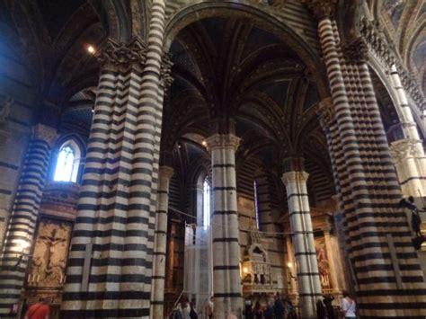 interno duomo di siena colonne all interno cattedrale foto di cattedrale di