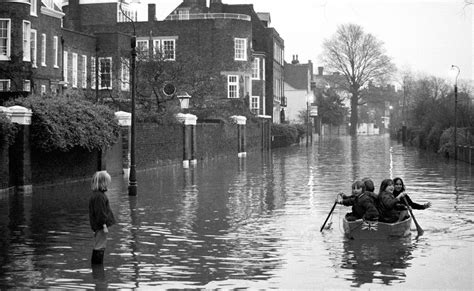thames river disaster 25 unbelievable historic pictures of britons taking on the