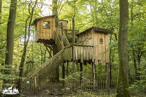 image hutte préhistorique dormir la nuit dans une cabane dans les arbres pour 4