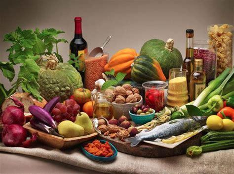 alimentazione per coliche renali dieta mediterranea e tanta acqua per evitare i calcoli