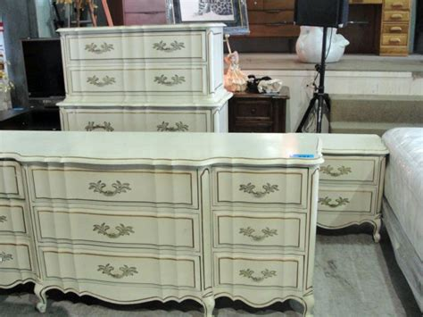 Bedroom Furniture Auctions 4pc Provincial Style Bedroom Furniture Set