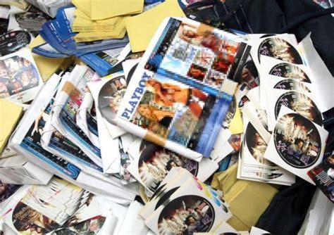 format berita media cetak dua lelaki ditahan lebih 30 000 dvd cetak rompak diras
