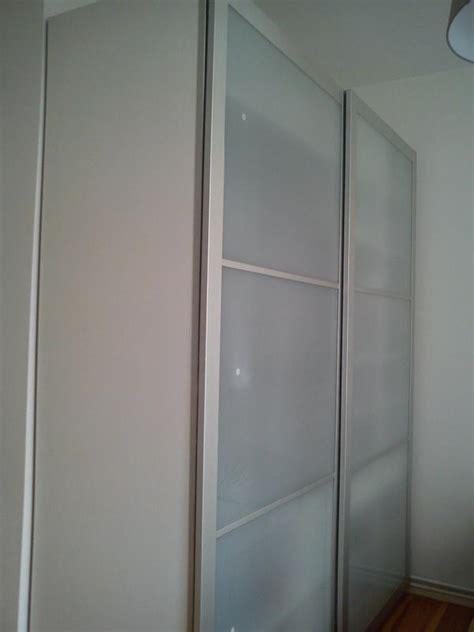 weißer kleiderschrank mit schiebetüren leiner schlafzimmer betten