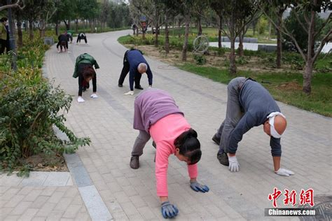 Walking Craze by Walking Like Animals Becomes China S New Fitness Craze
