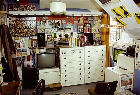 a 1970 s teenager s bedroom vintage stereo equipment 1980s teenagers and their bedroom walls flashbak