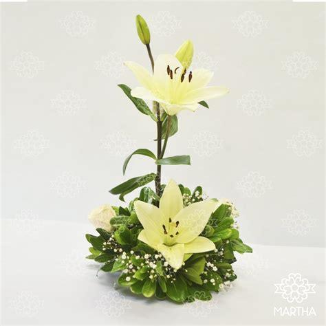imagenes de lilis blancas centro de mesa 2 lilis blancas 2 rosas ivory florer 237 a