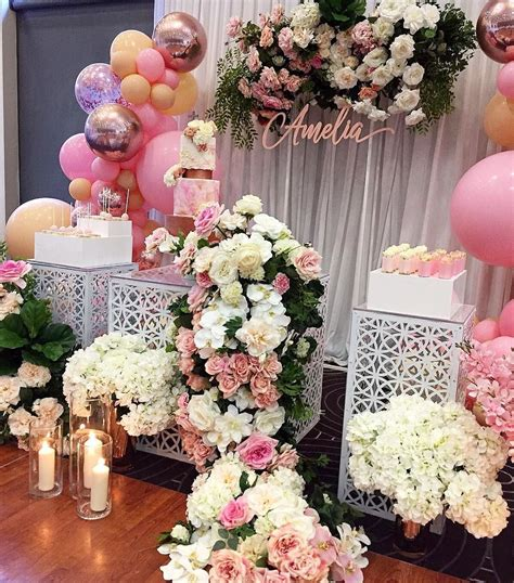 decorar mesa con telas maras con guirnaldas de flores y telas para decorar