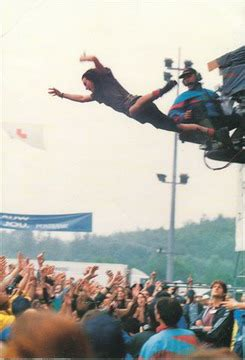 eddie vedder stage dive eddie vedder s defying stage dives feelnumb