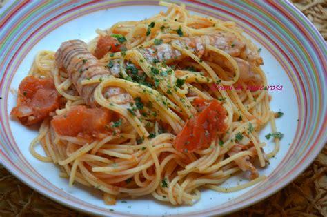 cucinare le canocchie spaghetti con pomodori e canocchie grani di pepe rosa