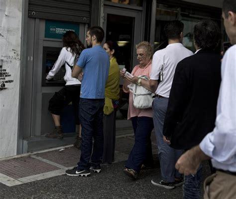 chiusura banche grecia code a bancomat con paura chiusura banche