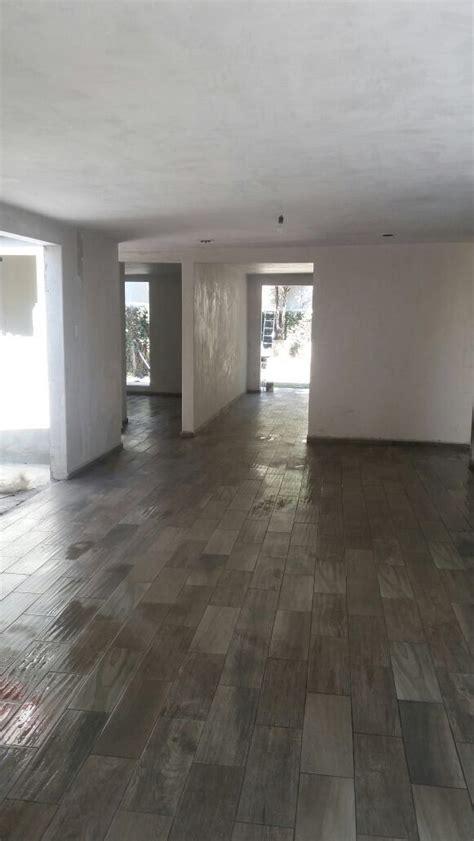 piso madera gris las 25 mejores ideas sobre pisos imitacion madera en