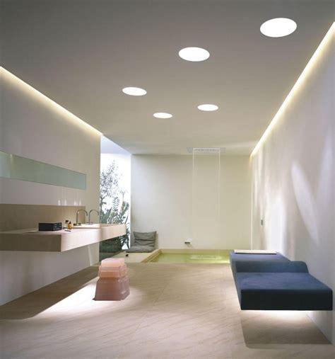Abgehängte Decke mit indirekter Beleuchtung als Dekoration