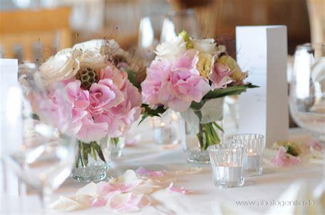 tischdeko hochzeit chagner hochzeit tischdeko rosenbl 252 ten rosa creme glasvase