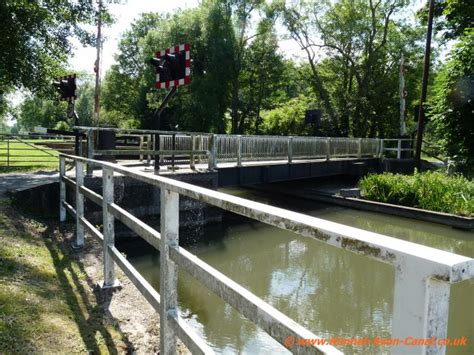 canal swing bridge kennet and avon canal sulhamstead via aldermaston to