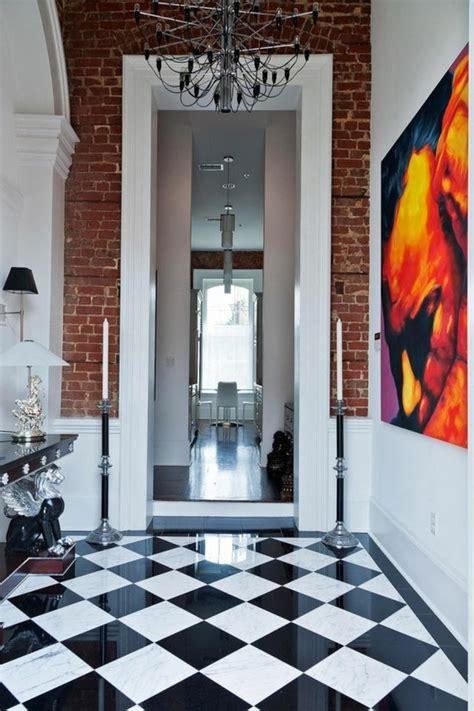 Beautiful Salle De Bain Rose Et Blanche #10: Carrelage-damier-noir-et-blanc-peinture-artistique-dans-le-couloir.jpg