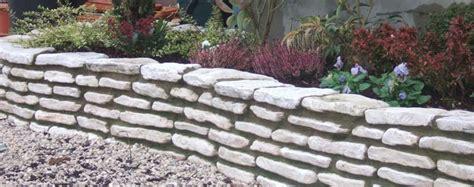 aiuole da giardino con sassi come bordare le aiuole in giardino