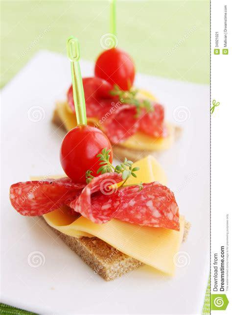 m and s canapes canapes com salame imagem de stock imagem 34921021