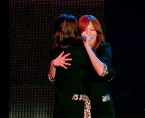 Tas Fashion Min Min Perry 8182 sohyun and hyuna hugging gifs eueelasfashionistas