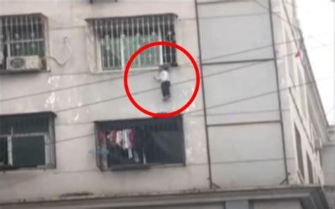 atorada en la ventana xnxxx video ni 241 o queda colgado de 3er piso con cabeza atorada