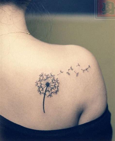 女孩子肩背好看的蒲公英纹身图案
