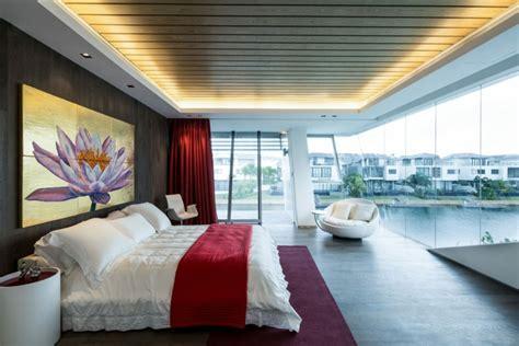 schlafzimmer mit weißer decke naturstein fu 223 boden w 228 nde in der villa mistral in singapur